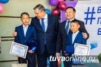 Врио главы Тувы вручил награды юным героям за спасение детей на воде