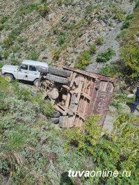 В Туве перевернулся грузовик, в котором находились более 20 человек