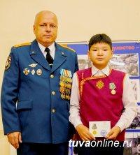 Демир и Денис Ооржак награждены медалью за спасение утопающих на озере Чагытай людей