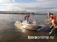 Спасатели Саян Ооржак и Артыш Доржу, рискуя жизнью, спасли спрыгнувшую с Коммунального моста Кызыла девушку