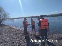 В жару в ходе рейдов на берегу Енисея кызылчанам объясняют правила безопасного поведения на воде