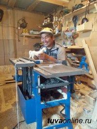 Житель Эрзинского района Тувы Андрей Сергеев в рамках соцконтракта наладил производство мебели