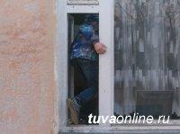 Четверо жителей Самагалтая обокрали частный дом и предстанут перед судом