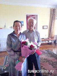 Накануне Дня города сотрудники мэрии навестили Почетных граждан Кызыла