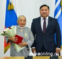 В Доме правительства Тувы состоялась церемония вручения госнаград