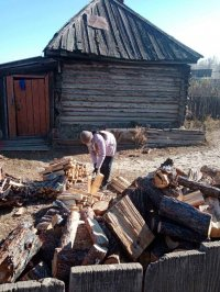Социальный работник Тоора-Хема Айлан Байгыжык помогла наколоть дрова пожилой сельчанке